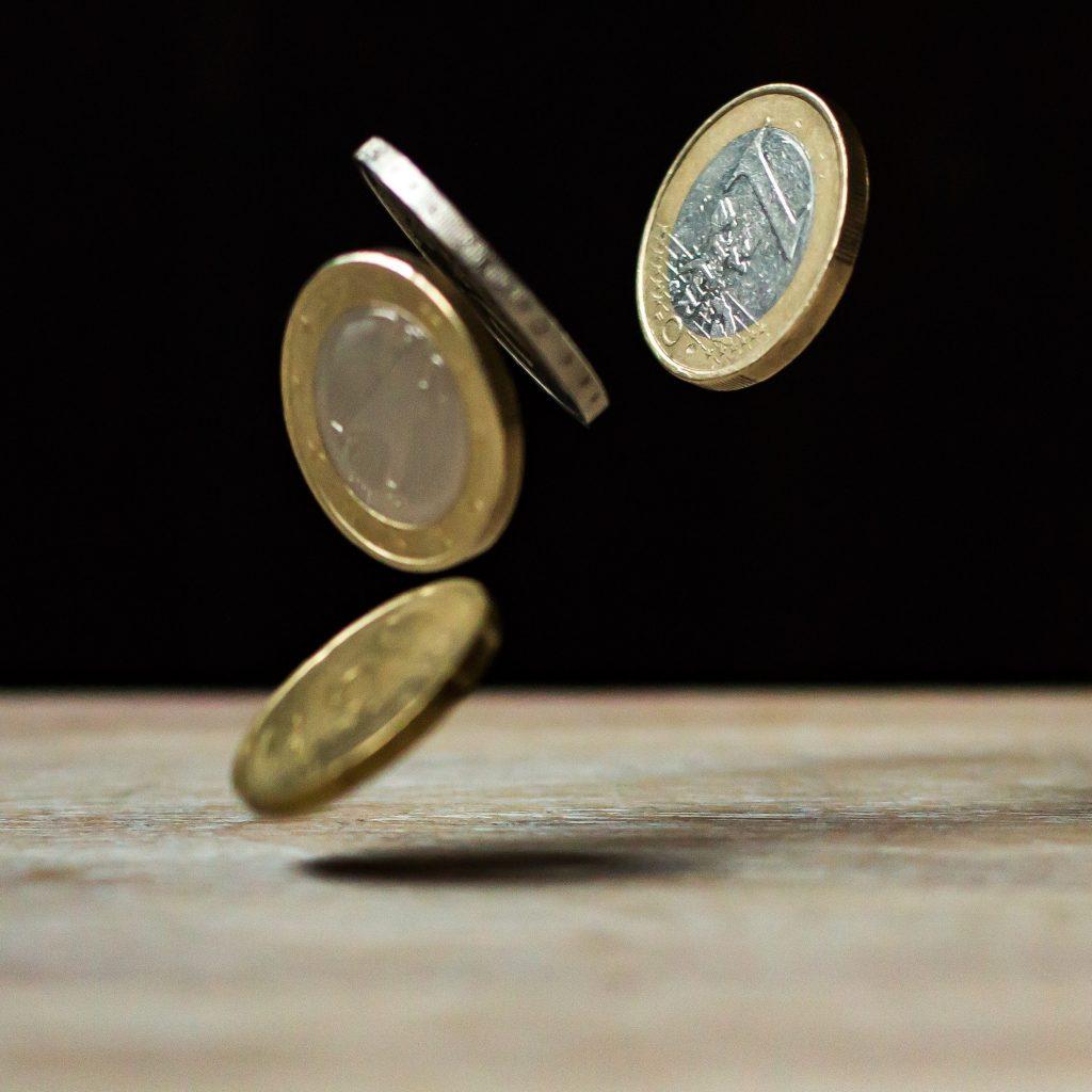 Euro-Münzen im Fall
